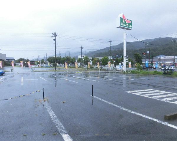 アップガレージ長野伊那店 外は台風で